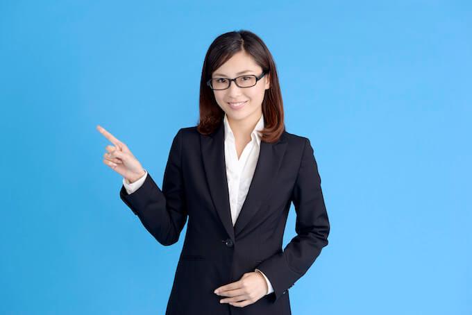 スーツ姿の女性