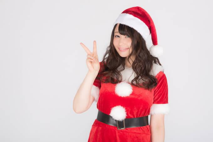 クリスマス帽子をかぶった女性